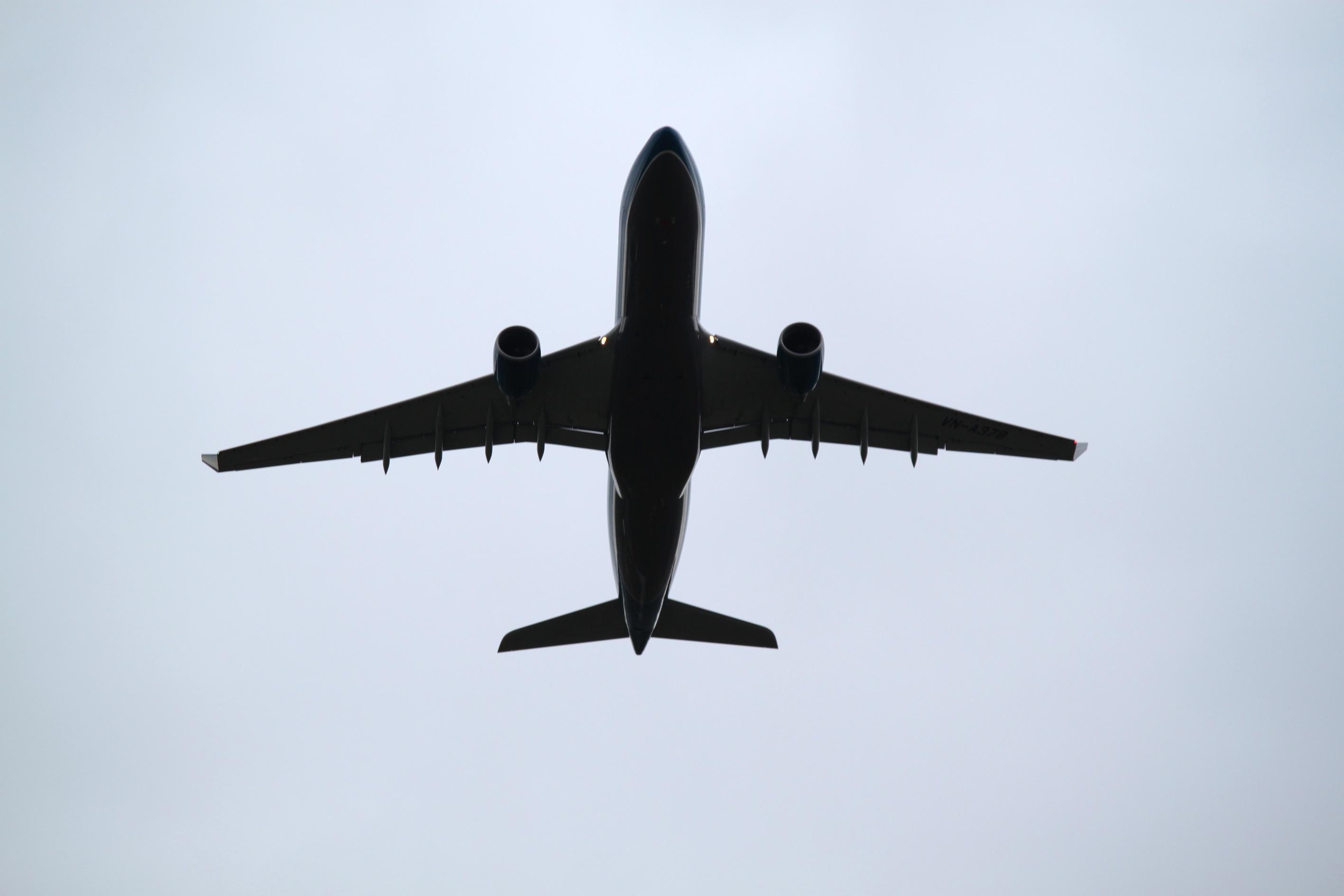 Bolące i zatkane uszy podczas lotów – co robić?!